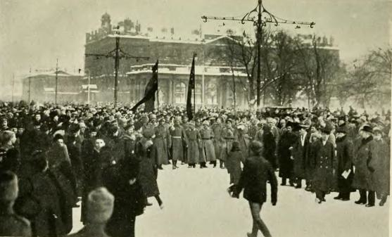 MultitudEnNevskyProspektEncabezadaPorSoldadosMarzo1917--russiainrevolut00jone