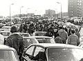 Na afloop van de autoraces keert het publiek huiswaarts, de drukte op de Burgemeester van Alphenstraat, ziende naar het zuiden. Aangekocht in 1982 van fotograaf C. de Boer. - Negatiefnummer , NL-HlmNHA 1478 25900 K 38.JPG