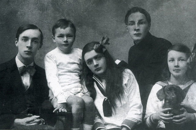 Дети Набоковы в 1918 году (слева направо): Владимир, Кирилл, Ольга, Сергей и Елена.