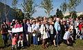 Ocaleli i goście uroczystości wręczenia certyfikatów nowych drzewek w Parku Ocalałych w Łodzi MZW DSC03426.jpg