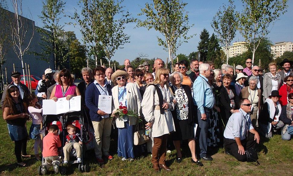 Ocaleli i goście uroczystości wręczenia certyfikatów nowych drzewek w Parku Ocalałych w Łodzi MZW DSC03426