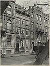 overzicht gevelwand en taxistandplaats met koetsen - amsterdam - 20319573 - rce