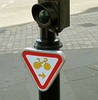 Turn on red - Sign allowing cyclists to turn right on red in France and Belgium.