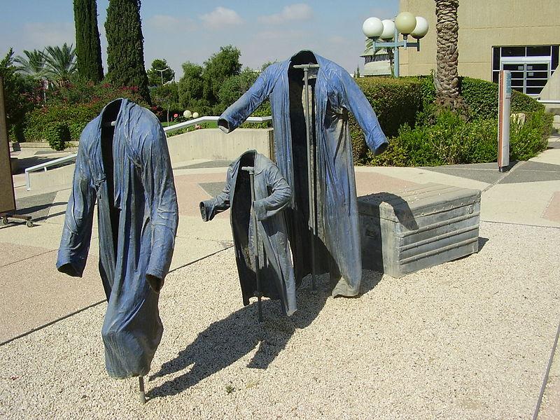 """הפסל """"שלושה מעילים וארגז מסע"""" באוניברס"""