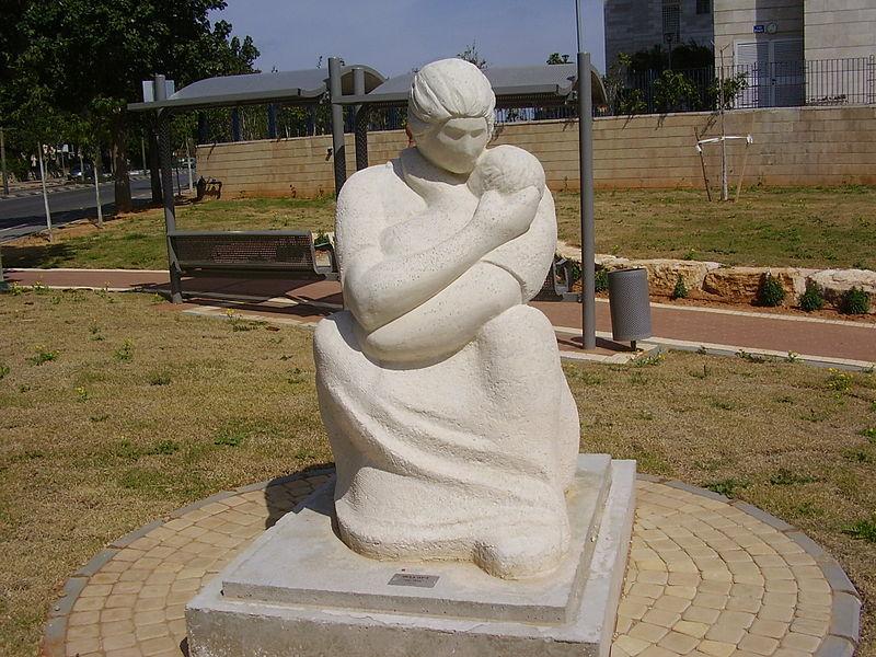 """""""אמהות"""" בגן הפסלים ע""""ש יונה וולך בק"""