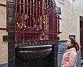 Pink human watching Jeanneke Pis in Brussels, Belgium (DSCF4011).jpg