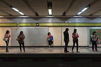 Metro División del Norte - Image: Platform Metro División del Norte