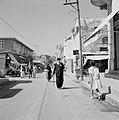 Ramle Straatbeeld met winkels en winkelend publiek, waaronder een rabbijn Lan, Bestanddeelnr 255-3867.jpg