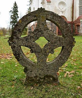 Hageri - Image: Ratasrist Hageri kirikuaias 1, 17.saj