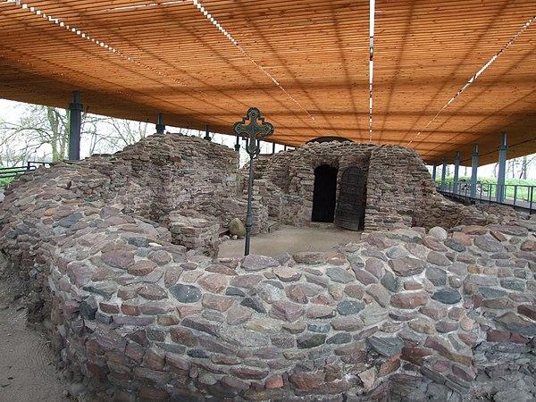 Ostrów Lednicki - ruiny palatium z kaplicą. Fot. Ferdziu, lic. CC-BY-SA-3.0-pl, źródło: Wikimedia Comons.