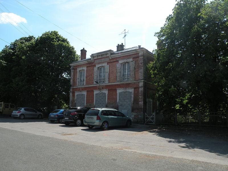 File:Sérifontaine ancienne gare.JPG
