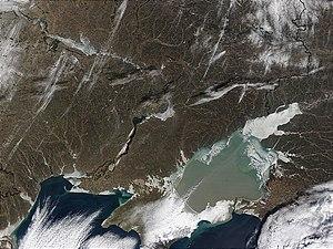 Η αβαθής φαιοπράσινη παγωμένη θάλασσα Αζόφ στη Μαύρη Θάλασσα, στο ΒΑ. άκρο της οποίας βρίσκεται και η ομώνυμη πόλη.