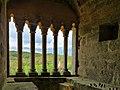 Sireuil, vue sur le château de Laussel depuis la fenêtre à colonnettes du donjon roman du château de Commarque.jpg