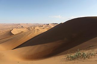 Sandy deserts with dunes or sandy areas, such as  B. here the Badain Jaran desert in China, alternate with the stone desert.