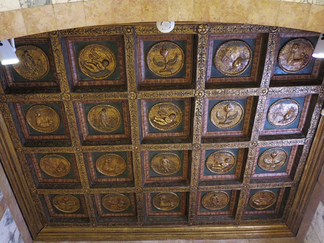 File soffitto a cassettoni con decori a rilievo di manifattura del