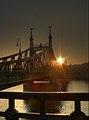 Soleil et pont de la Liberté à Budapest.jpg