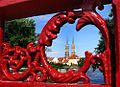 Spojrzenie przez ażur Mostu Piaskowego na Ostrów Tumski fot BMaliszewska.jpg