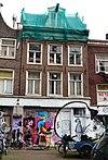 foto van Huis waarvan het voorste deel door een dwars dakje wordt gedekt