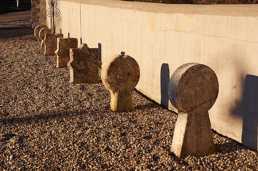Stèles dans le cimetière de Halsou