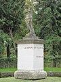 Statue du bassin rond du chateau de Rentilly.jpg