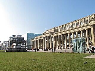 Stuttgart Königsbau rechts mit Musikpavillon links.jpg