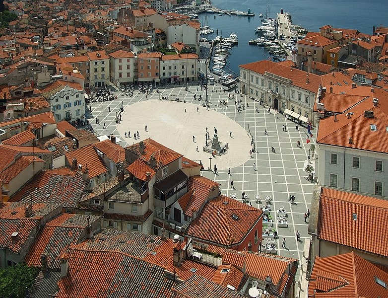 Lêer:Tartini Square from above, Piran, May 2009.jpg