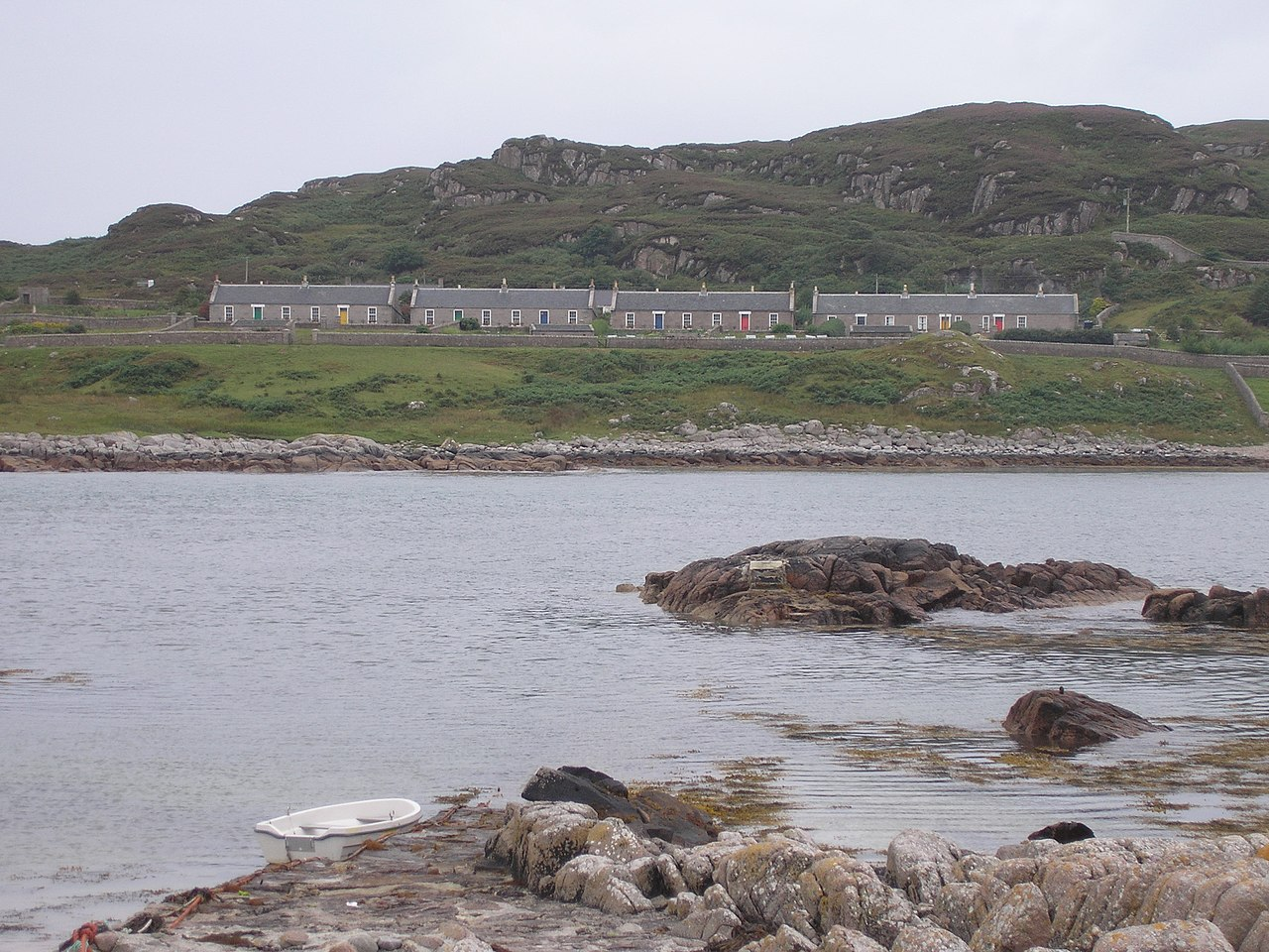 Earraid, the cottages constructed by the Northern Lighthouse Board c. 1872 [https://upload.wikimedia.org]