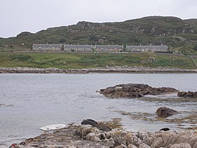 Cottages du Northern Lighthouse Board sur la côte septentrionale d'Erraid vus depuis le Ross of Mull.