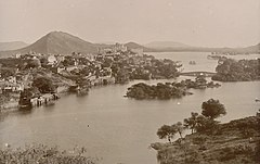 The city and lake at Udaipur, Rajasthan in the 1880s.jpg
