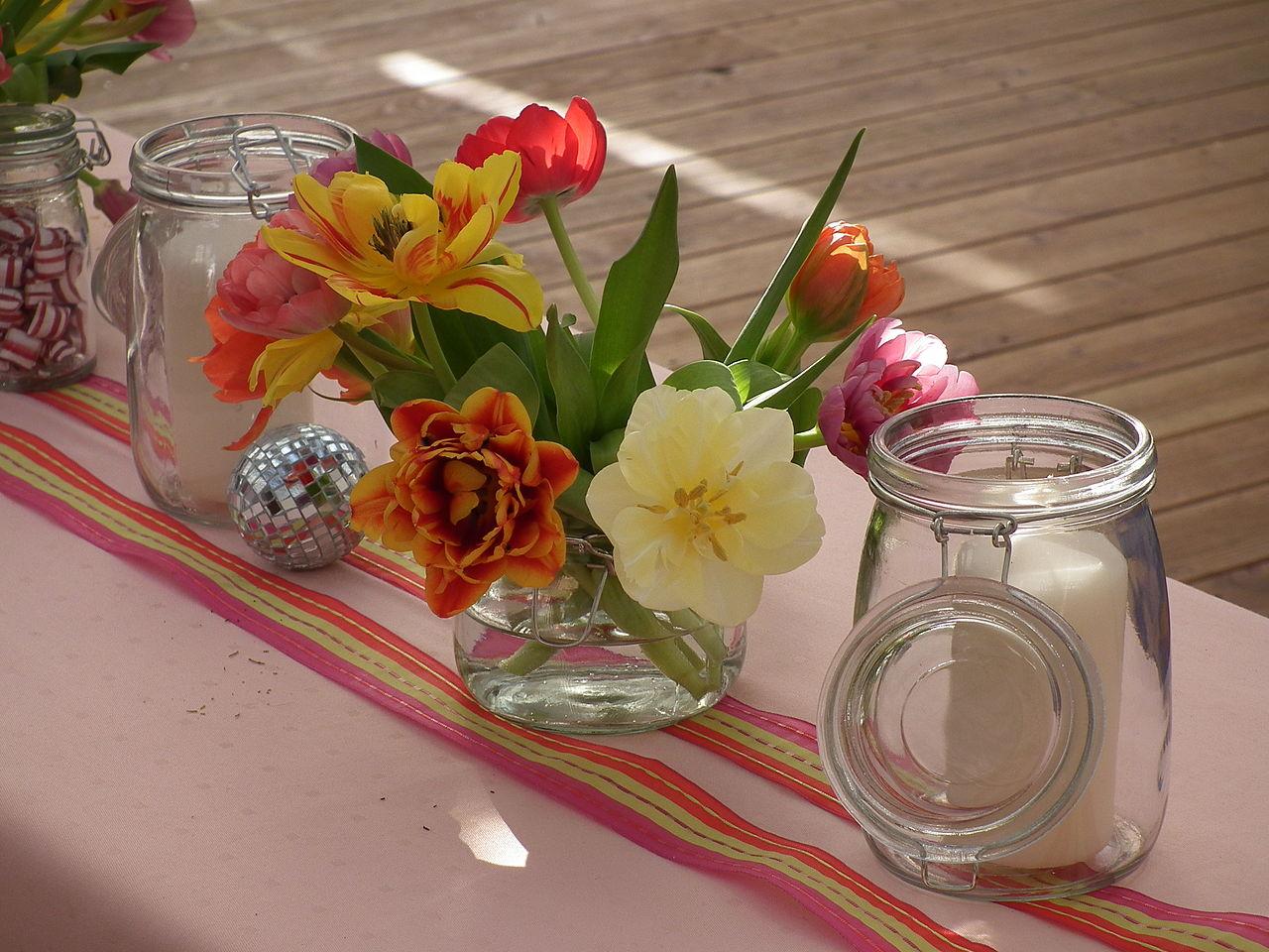 File Tischdekoration Einmachglaser Kerzen Tulpen Jpg Wikimedia Commons
