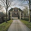 Toegangshek met zicht op voorgevel van herenboerderij. Middenpartij is voorzien van een fronton en klauwstukken - Zoetermeer - 20390035 - RCE.jpg