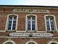 Toutencourt mairie (détail haut de façade) 1.jpg