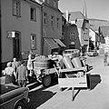 Tractor met druivenplukkers en kuip met de druivenoogst in de straten van Kröv, Bestanddeelnr 254-4201.jpg
