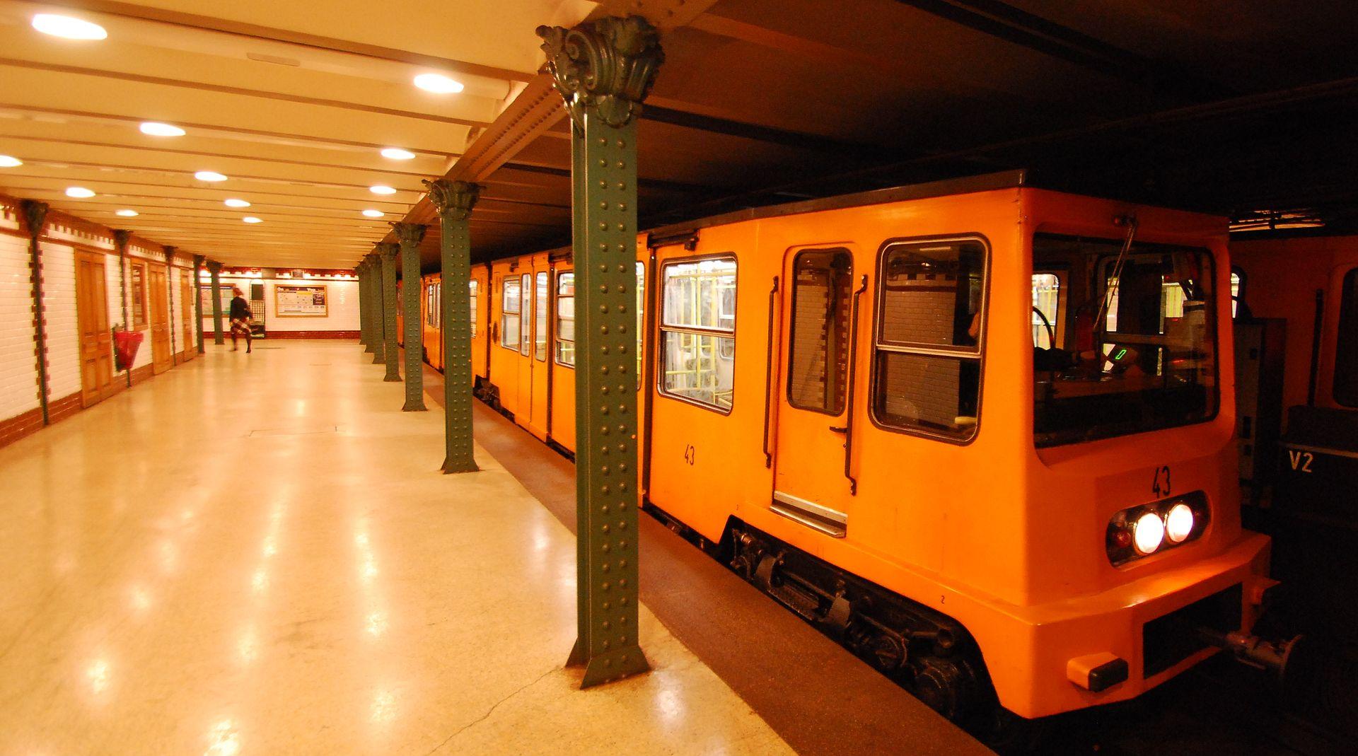 https://upload.wikimedia.org/wikipedia/commons/thumb/c/c4/Underground_Budapest_M1.jpg/1920px-Underground_Budapest_M1.jpg