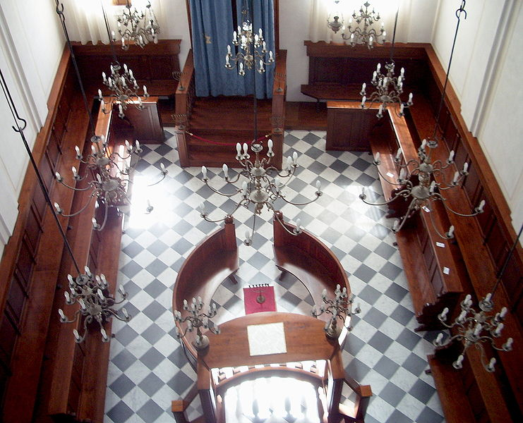 File:Veduta dal Matroneo Interno Sinagoga Ebraica Pitigliano.jpg