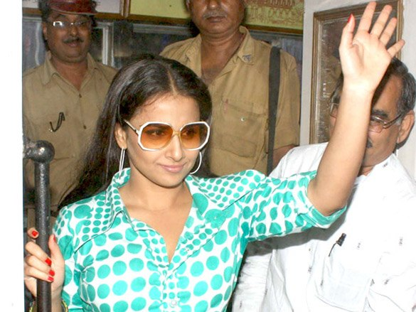 Vidya Balan promotes 'The Dirty Picture' in Kolkata's trams (14)