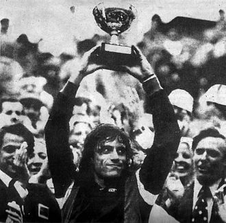Guillermo Vilas - Vilas celebrating his win at the 1977 French Open.