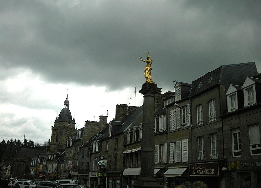 La Colonne de la République, un jour gris rare dans cette ville, à Villedieu-les-Poêles (Manche, Normandie)