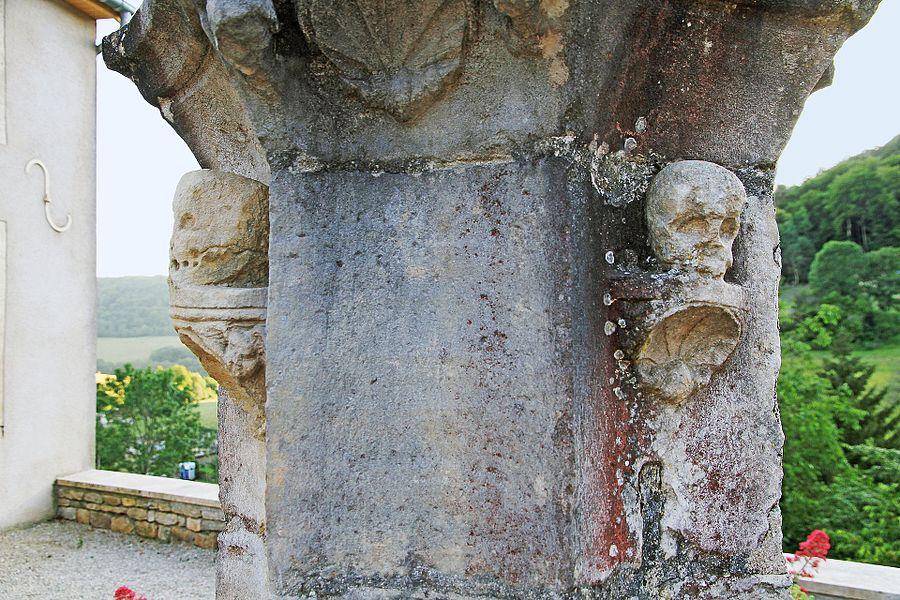 Piédestal de la croix de parvis de l'église à Villotte-Saint-Seine, face est présentant des crânes humains