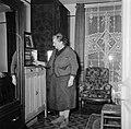 Vrouw bedient de radio in haar woonkamer, Bestanddeelnr 252-9341.jpg