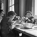 Vrouwen aan de maaltijd in het Joodse werkdorp in de Wieringermeer, Bestanddeelnr 254-4904.jpg