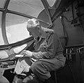 Willem van de Poll in het uniform van kapitein in een vliegtuig op weg van Batav, Bestanddeelnr 252-1363.jpg