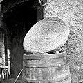 """""""Rena"""" za pokrivanje kadi (iz slame narejena, domače delo, tudi iz lesa delajo), Trebelno 1951.jpg"""