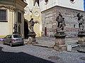Žatec, Hošťálkovo náměstí, kostel Nanevebzetí Panny Marie, sochy.jpg