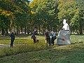Седнів. Біля скульптури Л.Глібова у парку.JPG