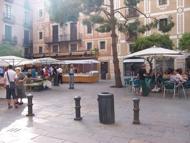 Feria de alimentos artesanales en la Plaça del Pi