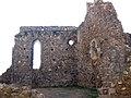 064 Castell de Montsoriu, pati d'armes, restes de la capella gòtica.jpg