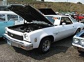 Le conducteur possède une Chevrolet Chevelle Malibu coupé 1973 assez similaire, en cours de restauration, sans calandre et avec la carrosserie recouverte d'apprêt.