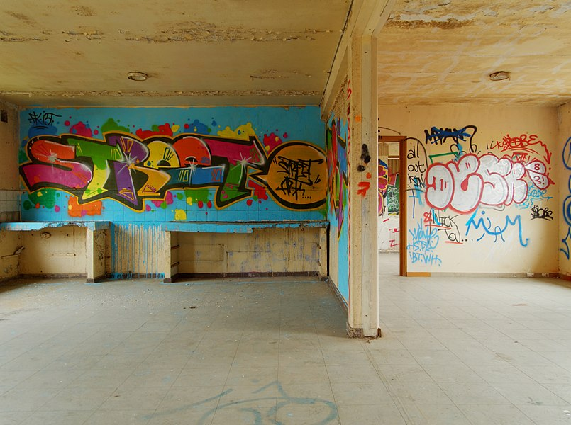 This file was uploaded  with Commonist.    Bâtiment abandonné (HDR).