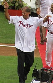 Photograph of Phillies' catch Darren Daulton looking to his left